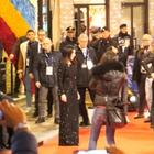 Video/ Pausini fuori dall'Ariston: selfie con i fan e cori da stadio