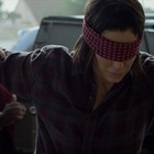 Bird Box, Youtube vieta video con sfide pericolose: ultima follie ad alto rischio dopo il film con Sandra Bullock